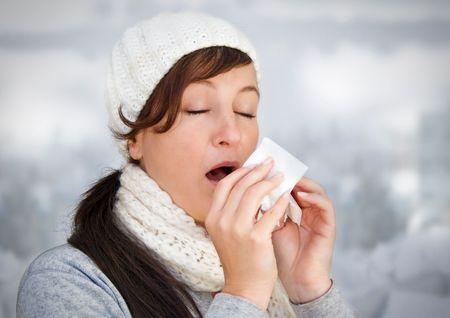 tos: mujer con un resfriado, sosteniendo un tejido (sin nieve en segundo plano)
