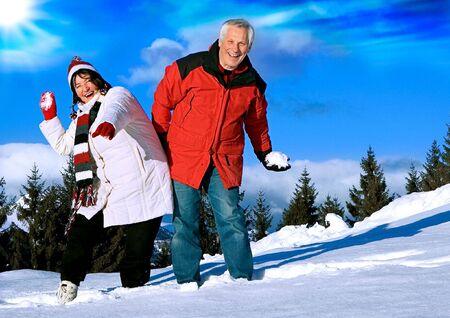 hombres maduros: Senior-par divertirse en invierno Foto de archivo