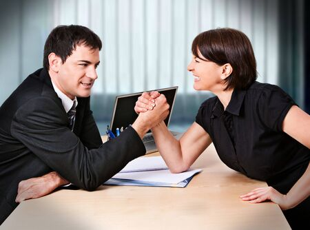 businesspartners: empresaria y hombre de negocios est�n luchando