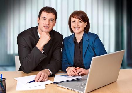 businesspartners: amistoso businessteam se est� riendo a la c�mara