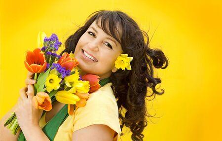 flores de cumplea�os: Preciosa ni�a con flores de primavera  Foto de archivo