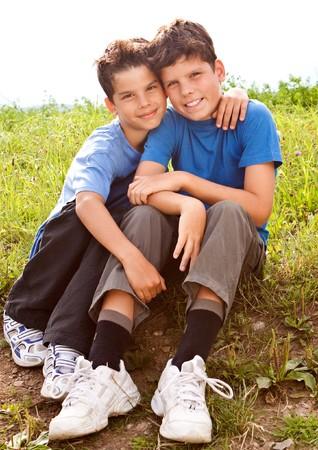 gemelos ni�o y ni�a: cute hermanos sentado en un Prado  Foto de archivo