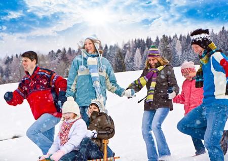 bosque con nieve: cute familia divertirse en la nieve