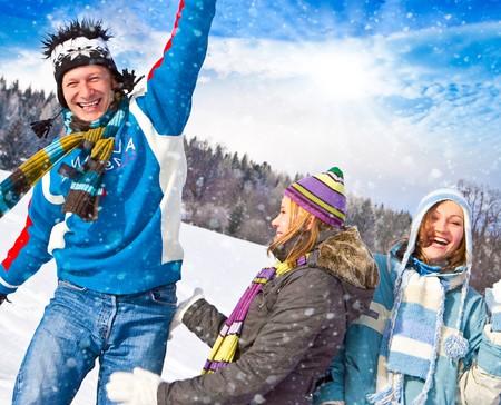 bolas de nieve: cute familia divertirse en la nieve