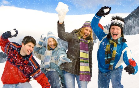 palle di neve: friends having fun in inverno