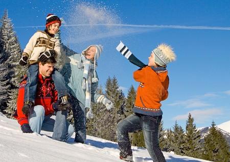 bosque con nieve: familia de joven que se divierten en el paisaje de invierno