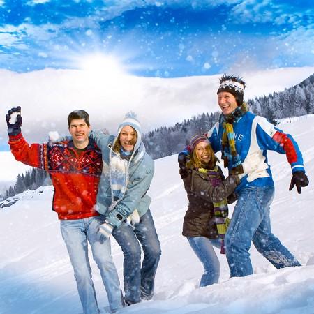 bolas de nieve: amigos que se divierten en invierno  Foto de archivo