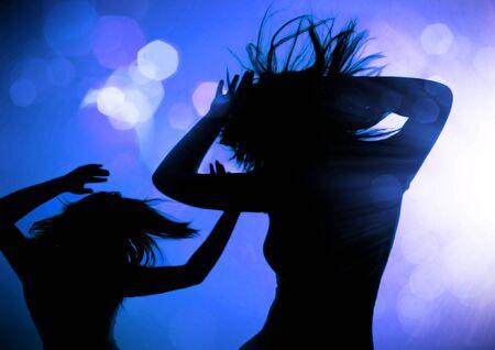 danza sagome delle donne in un locale notturno  Archivio Fotografico - 7588119