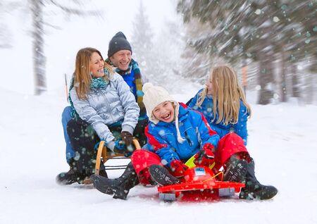 toboga: giovane famiglia divertente � slittino in inverno-paesaggio