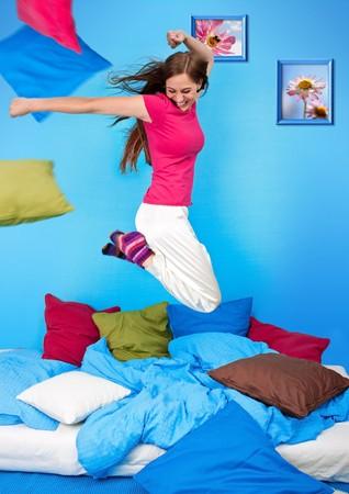 coussins: jeune adolescents-femme fait une oreiller-lutte  Banque d'images