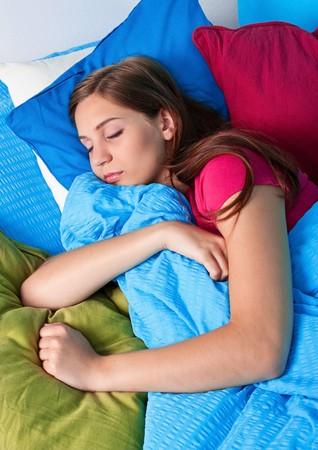 gente durmiendo: ni�a dormir en su cama