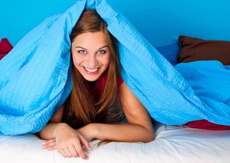 jaunty: ni�a feliz en la cama
