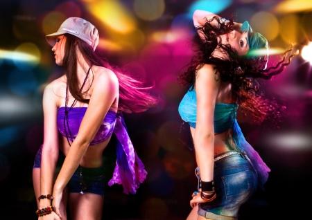 chicas bailando: dos chicas calientes bailando en la discoteca