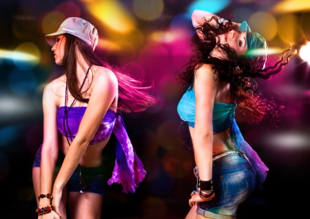 night club: due ragazze calde ballare in discoteca