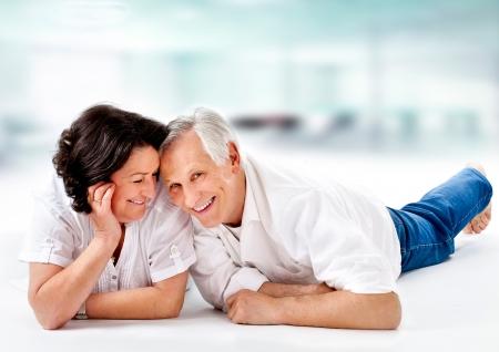 jaunty: matrimonios de edad attracitve se divierten juntos Foto de archivo