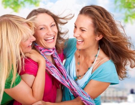 happy young: amigas que se divierten en la ciudad