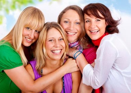familia abrazo: amigas que se divierten en la ciudad