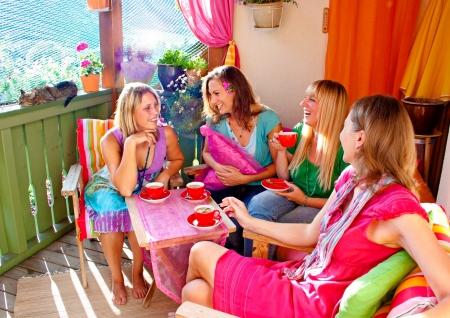 amigas tomando café y hablando en una cómoda terraza