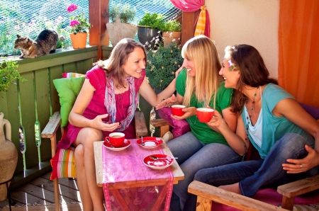 jaunty: amigas tomando caf� y hablando en una c�moda terraza