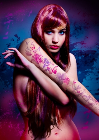 tatouage sexy: belle fille avec les cheveux colorés et le tatouage Banque d'images