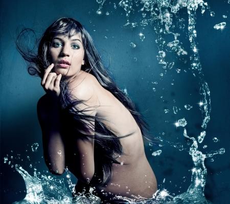 mujer bañandose: obra de arte hermosa chica con gotas de agua