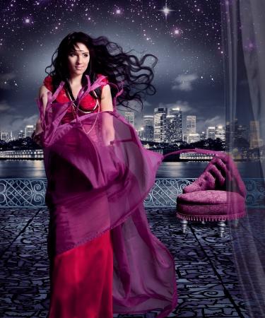 robe de soir�e: belle fille en robe du soir sur la terrasse, comme cendrillon Banque d'images