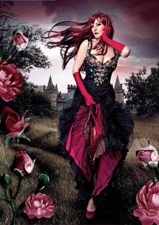 Belle fille en robe de soirée qui traverse une prairie avec des roses Banque d'images - 15397841