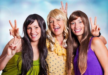 pelo castaño claro: tres niñas con diferente color de cabello riendo juntos