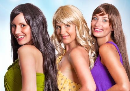 tres niñas con diferente color de cabello riendo juntos