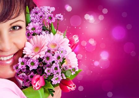 glint: chica alegre con un ramo de flores de color rosa Foto de archivo