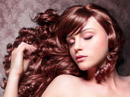 sal�n: chica con maravilloso rizado rojo y el pelo brillante