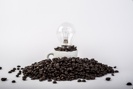 coffee beans in the cup with light bulb 版權商用圖片