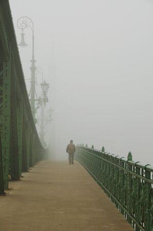 walking alone: Hombre en la niebla Foto de archivo