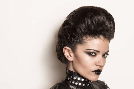 rocker girl: Rockero chica hermosa con el l�piz negro que llevaba una chaqueta de cuero