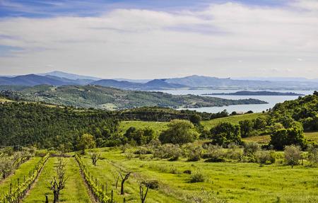 Italiaans landschap van Umbrië met het meer van Trasimeno
