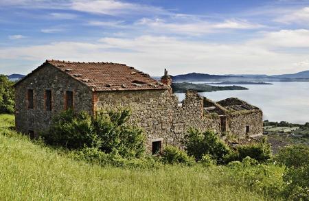 Italiaanse landelijke landschap van Umbrië met Trasimeno meer en de wolken