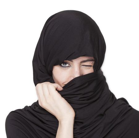 trasgressione: Bella ragazza trasgressiva indossa un burqa e scoprire