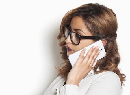 Mooie zakenvrouw luisteren naar een telefoongesprek