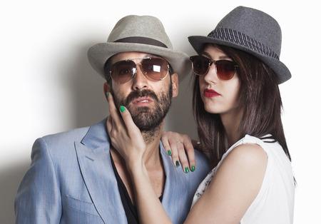 Gangster paar dragen hoeden en zoekt Stockfoto