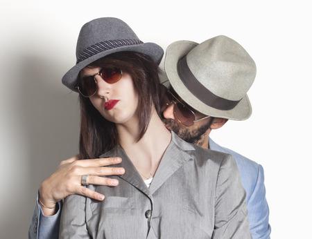 Mooie gangster paar met boos vrouw