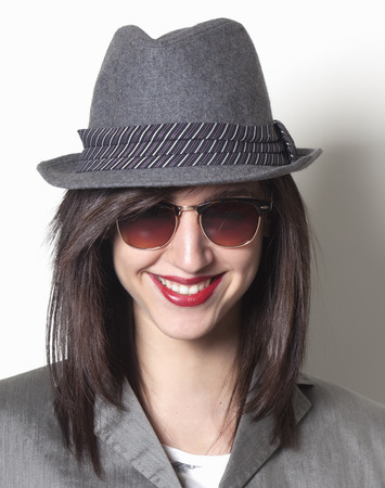 Mooie gangster vrouw glimlachen Stockfoto