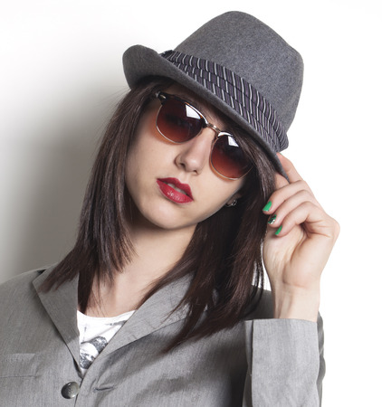 Mooie gangster vrouw draagt een hoed en pak jasje en op zoek