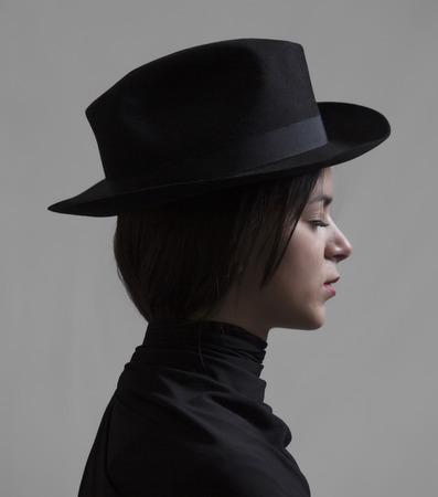 Mooi meisje met gesloten ogen dragen van een hoed