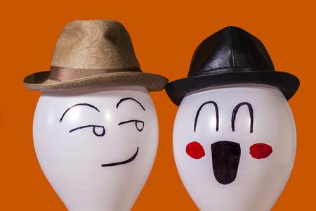 Witte ballon personages maken van gezichten en het dragen van hoeden