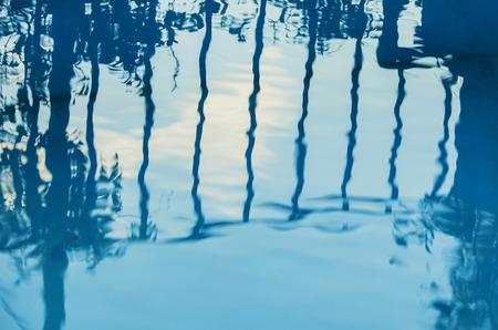 Mooie vreemde weerspiegeling in het water