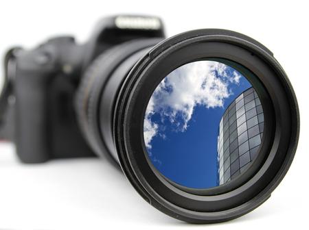 Powiększone na błękitne niebo i nowoczesny budynek