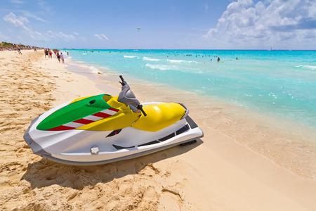 jet ski: moto de agua en la playa del Caribe