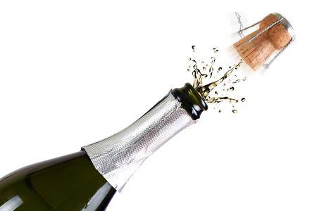 Geopende fles champagne met spatten op witte achtergrond
