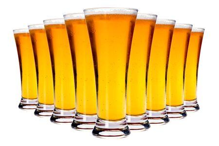 vasos de cerveza: Línea de vasos con cerveza rubia sobre el fondo blanco