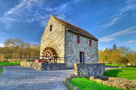 molino de agua: molino de agua del siglo 19 en el condado de Clare, Irlanda
